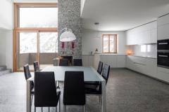 Pardoseala de granit gri pentru locul de luat masa